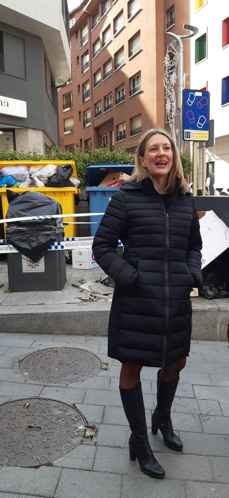 Maria Àngels Aché, davant dels contenidors de la zona del Centre esportiu.