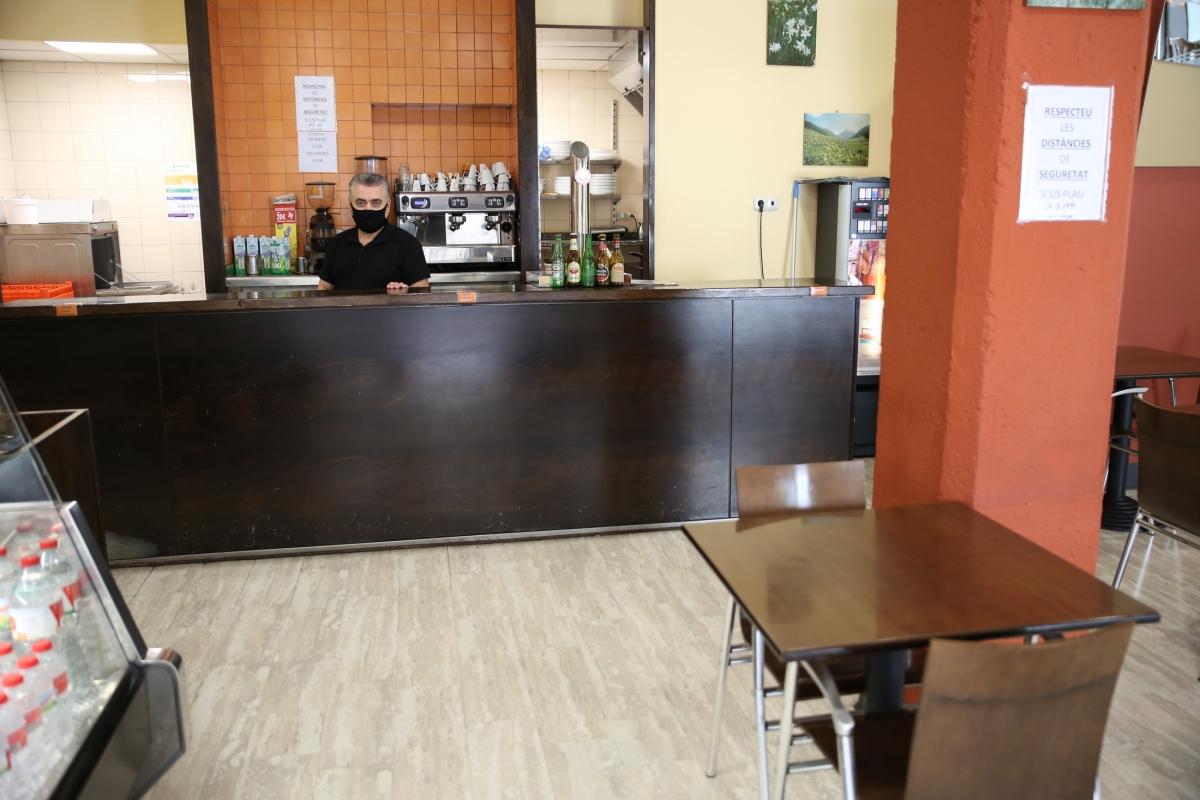 """El Cándido, del Grandalla, diu que la barra, ara buida per força, """"és l'ànima d'un bar""""."""