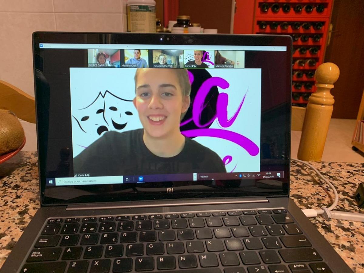 El grup de joves d'Entreacte, en la sessió de dimarts a través de la plataforma Zoom.