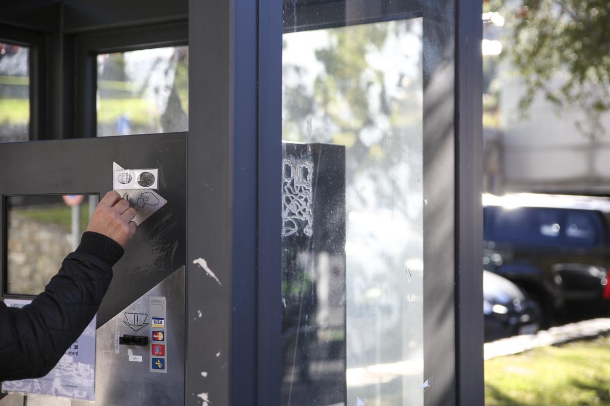 Un usuari d'un aparcament comunal d'Encamp pagant l'estacionament.