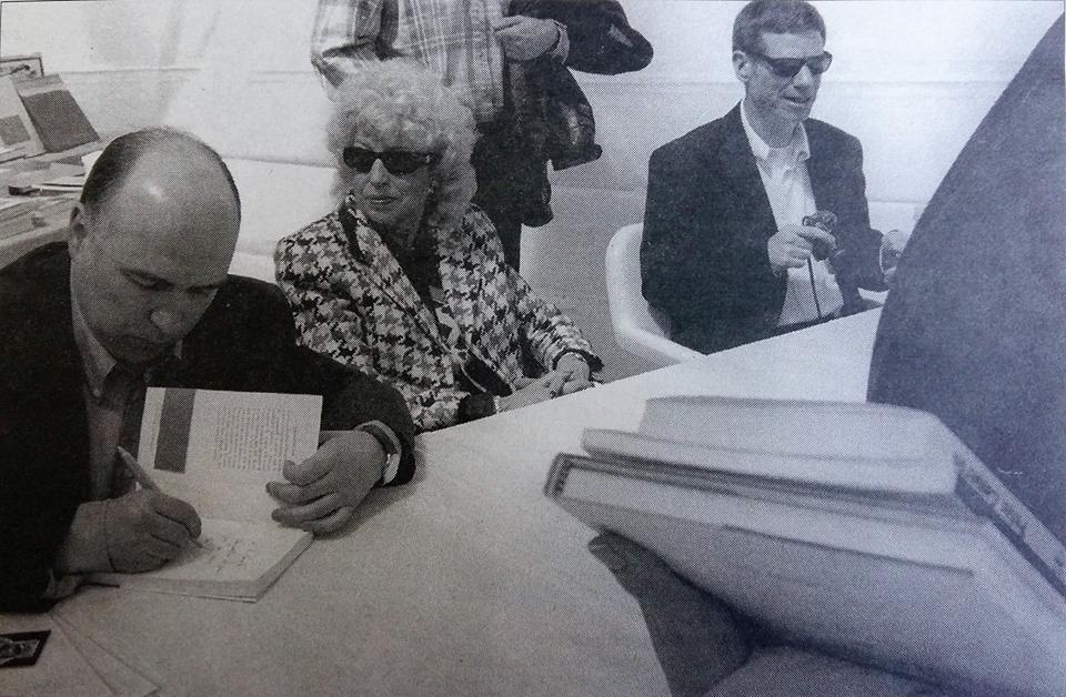 Sant Jordi, 1988: Joan Peruga, Maria Rosa Huguet i Peter Cameron firmen llibres a la plaça del Poble.