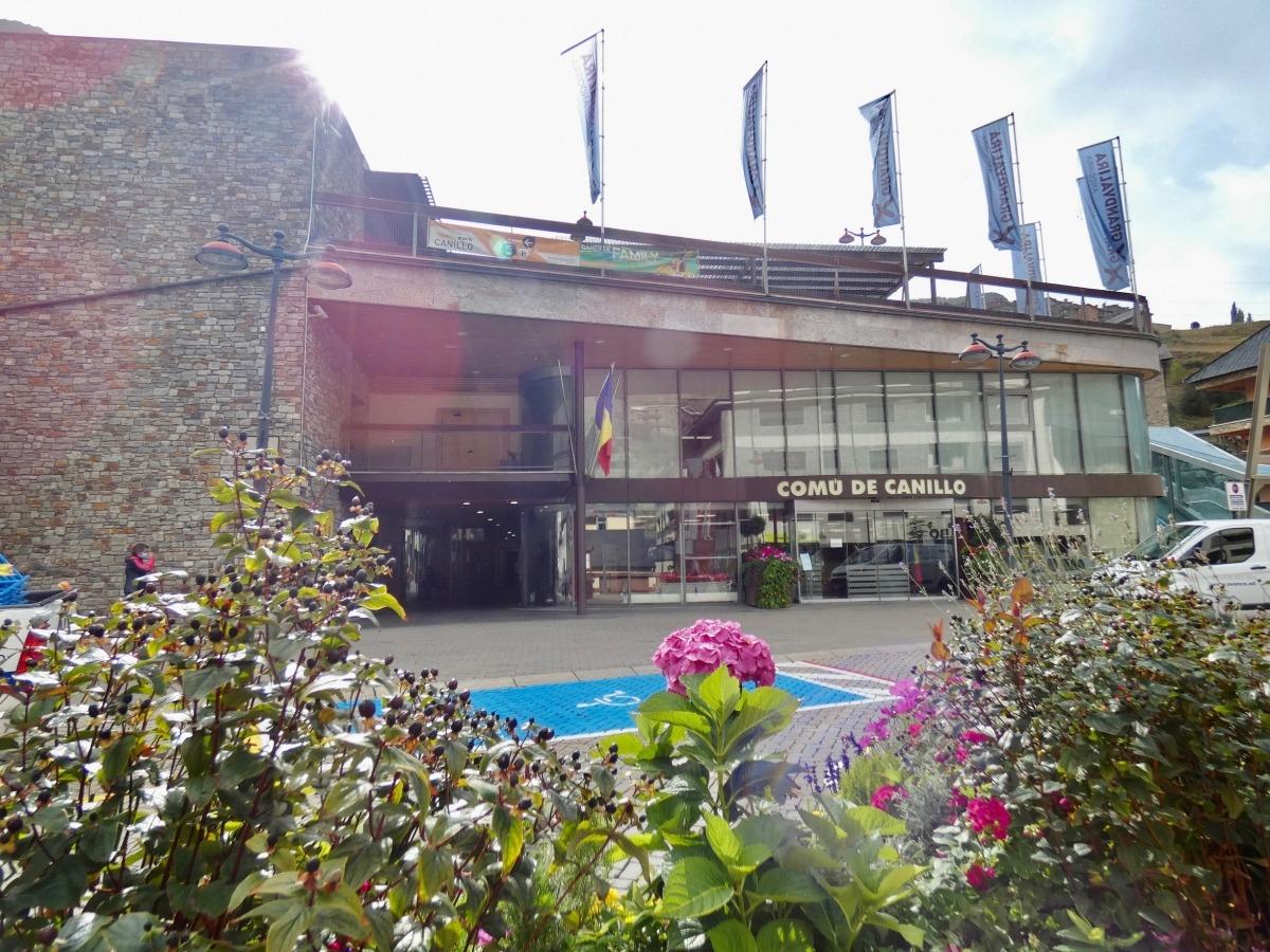 La plaça Carlemany situada davant el Comú de Canillo.