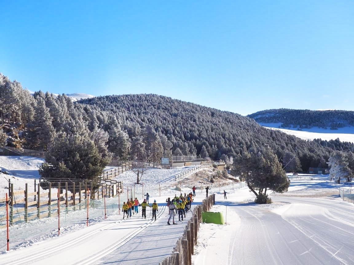 Practicants d'esquí de fons al pla de Conangle.