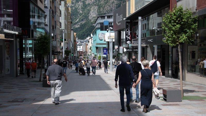 Gent passejant a l'avinguda Meritxell, a l'inici de la pandèmia.