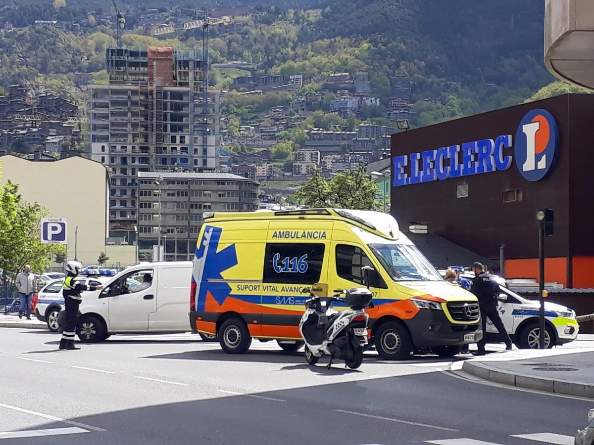Policia i SUM al lloc de la intervenció.