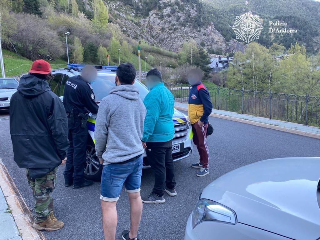 Els agents identificant el grup que se saltava el confinament aquest diumenge.