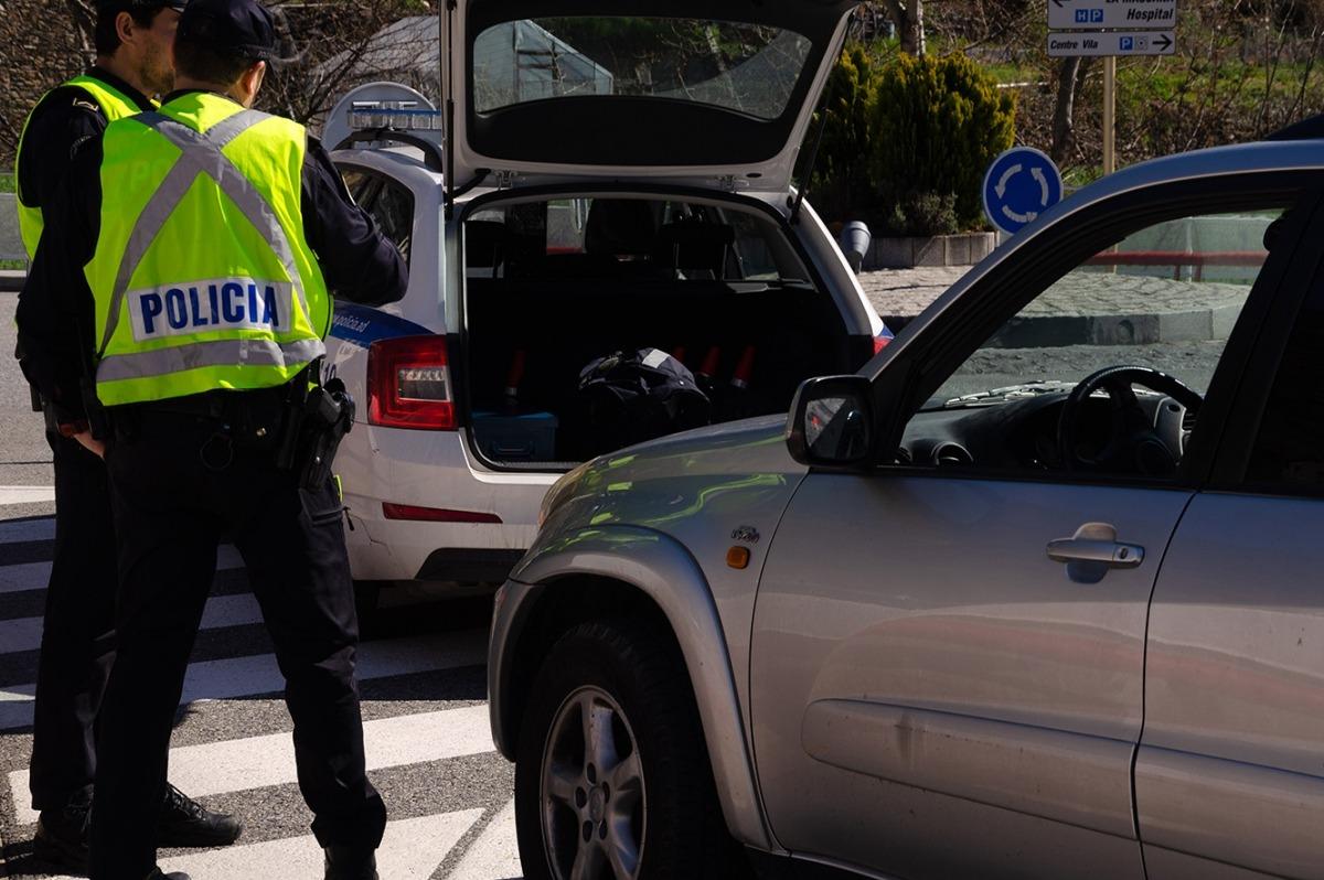 ANA/ Dos agents de la policia efectuant un control