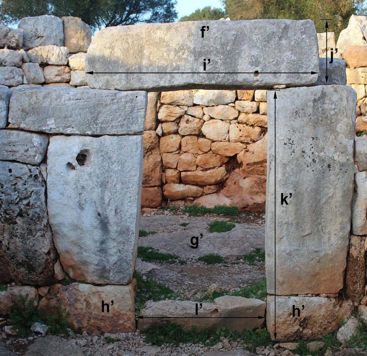Taula de Torralba d'en Salort, que fa cinc metres d'alçada, amb el fals vano i la llinda, i porta d'una casa circular de Torre d'en Galmés.
