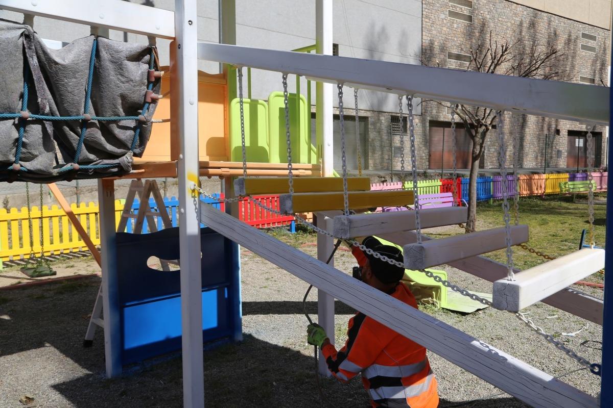 Un operari treballa a les instal·lacions del parc del Prat del Senzill.