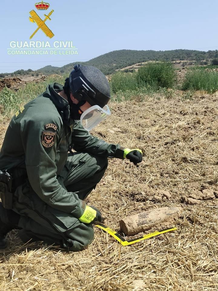 Un membre del Gedex amb el projectil localitzat.