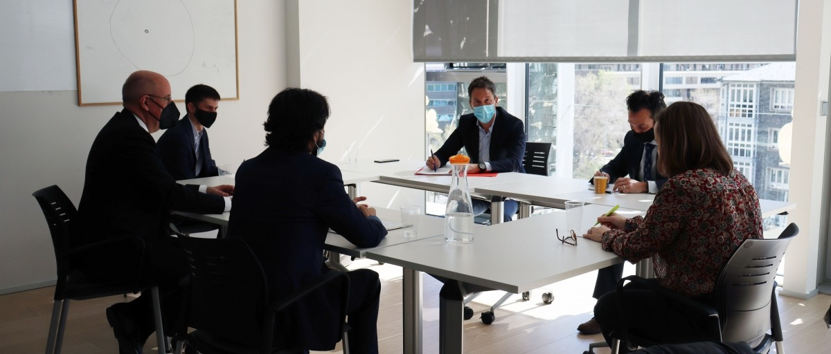 Un moment de la trobada entre el PS i els representants de l'Associació d'assessors tributaris i fiscals.