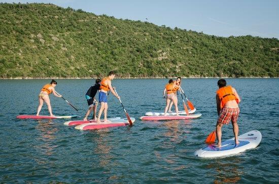 Un grup de joves g'ocaudeixen de l'oci al pantà.