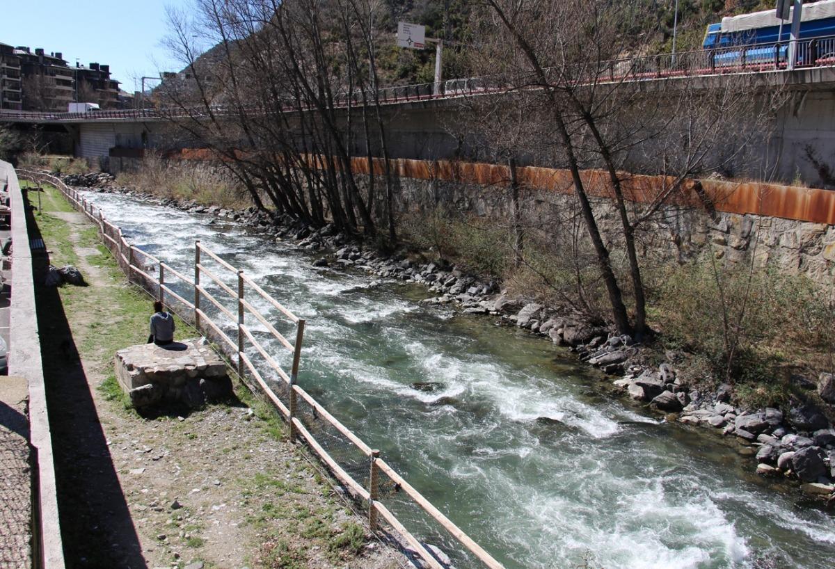 El riu Valira al seu pas per Sant Julià de Lòria.