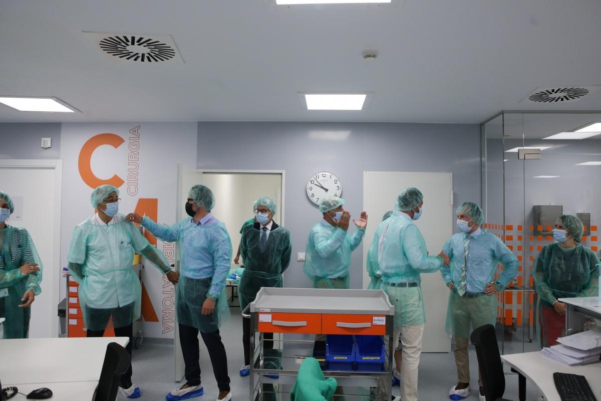 Un moment de la visita de les autoritats al mòdul de cirurgia major ambulatòria.