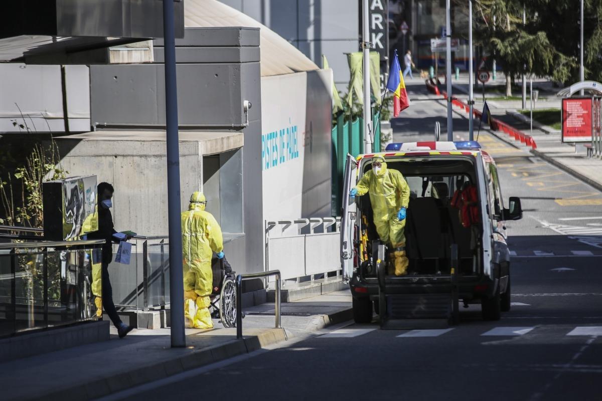 Trasllat d'un resident de la Salita a la unitat d'hospitalització de El Cedre, on ja hi ha ingressats disset positius procedents del centre sociosanitari escaldenc.