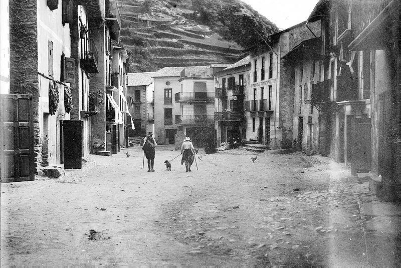 La plaça de Sant Julià, última parada del camí ral abans de reprendre la marxa cap a Espanya. Per això hi havia l'hostal més gran del país.