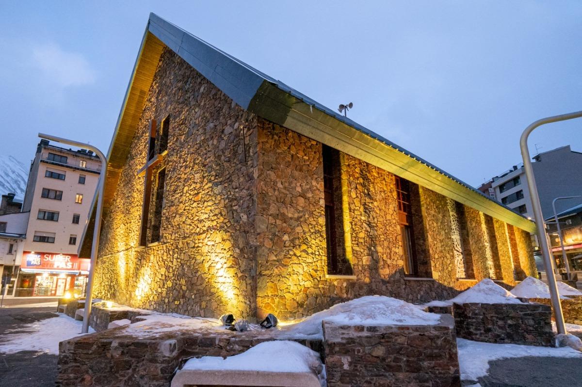 L'església de Sant Pere del Pas de la Casa il·luminada de groc.