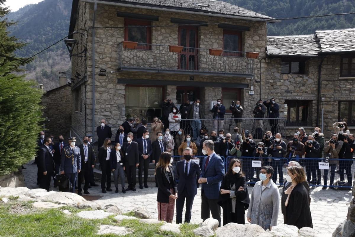 Expectació a l'entrada de l'església de Santa Coloma, que Felip VI i Letizia han visita aquest matí.