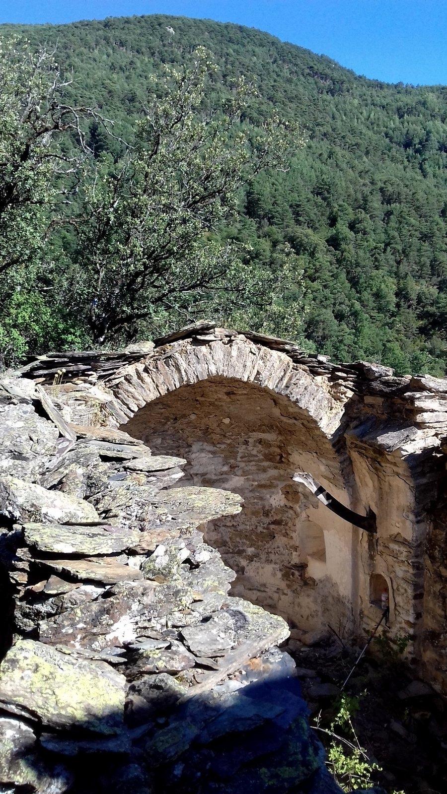 Els fragments murals es troben al peu de l'absis de Santa Llúcia.