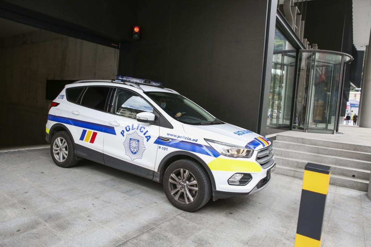 Un vehicle de la policia sortint de l'aparcament de la nova Seu de la Justícia.