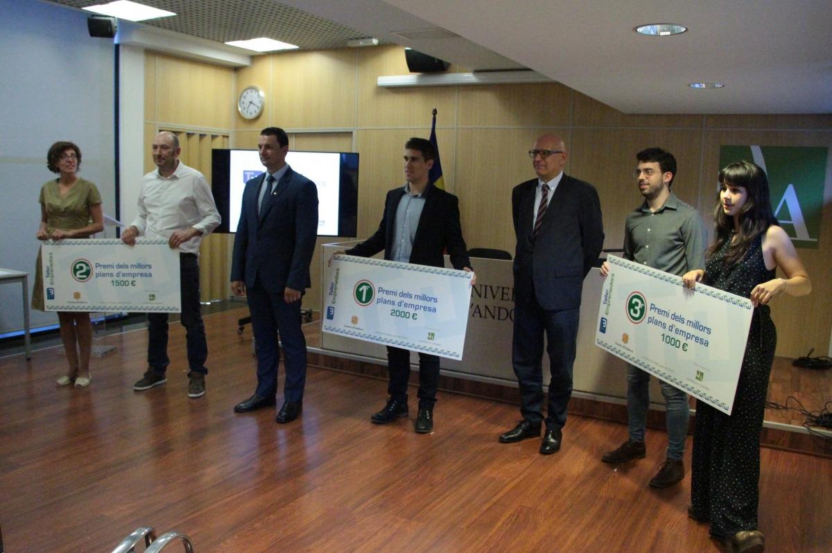 El ministre d'Economia, Jordi Gallardo, i el rector de l'UdA, Miquel Nicolau, amb els tres primers classificats del Taller d'emprenedors 2020.