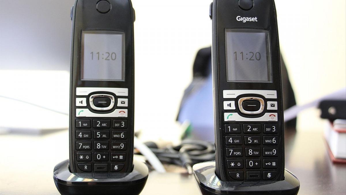 Dos telèfons fixes.