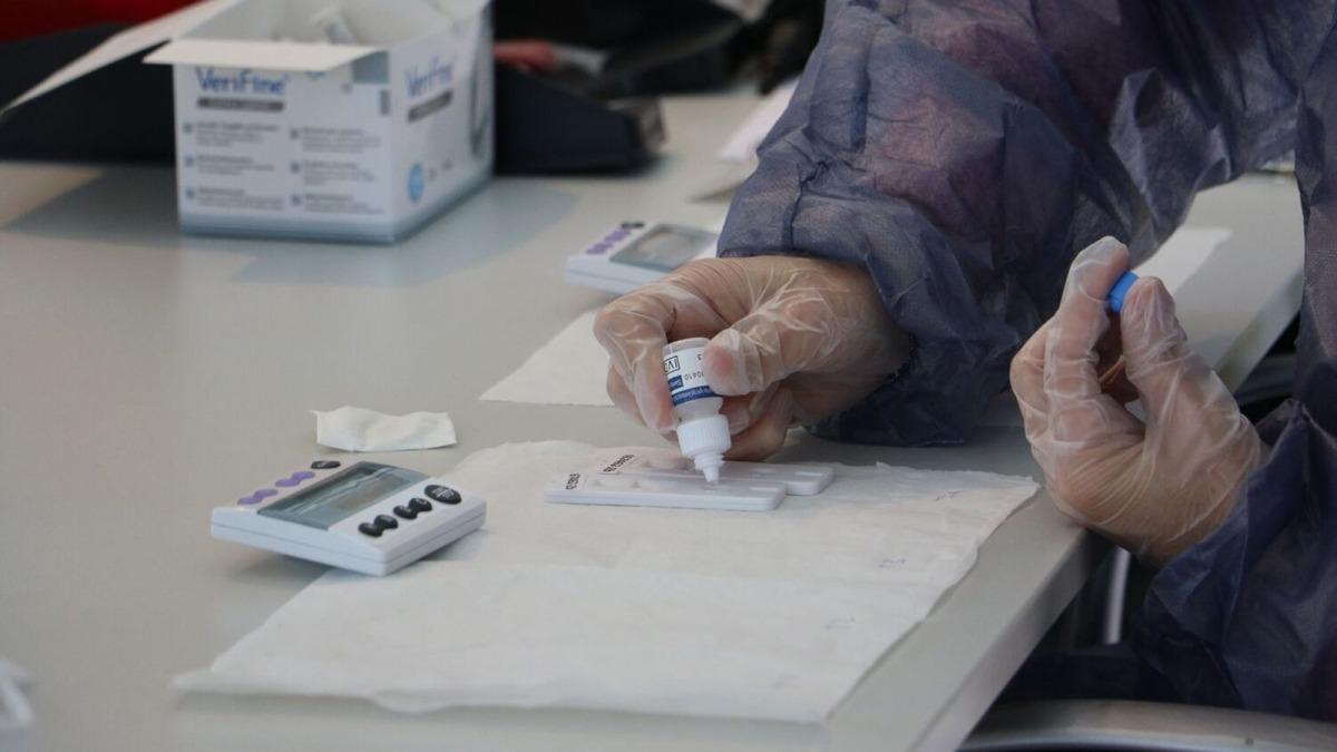 La realització d'un test d'antigen.
