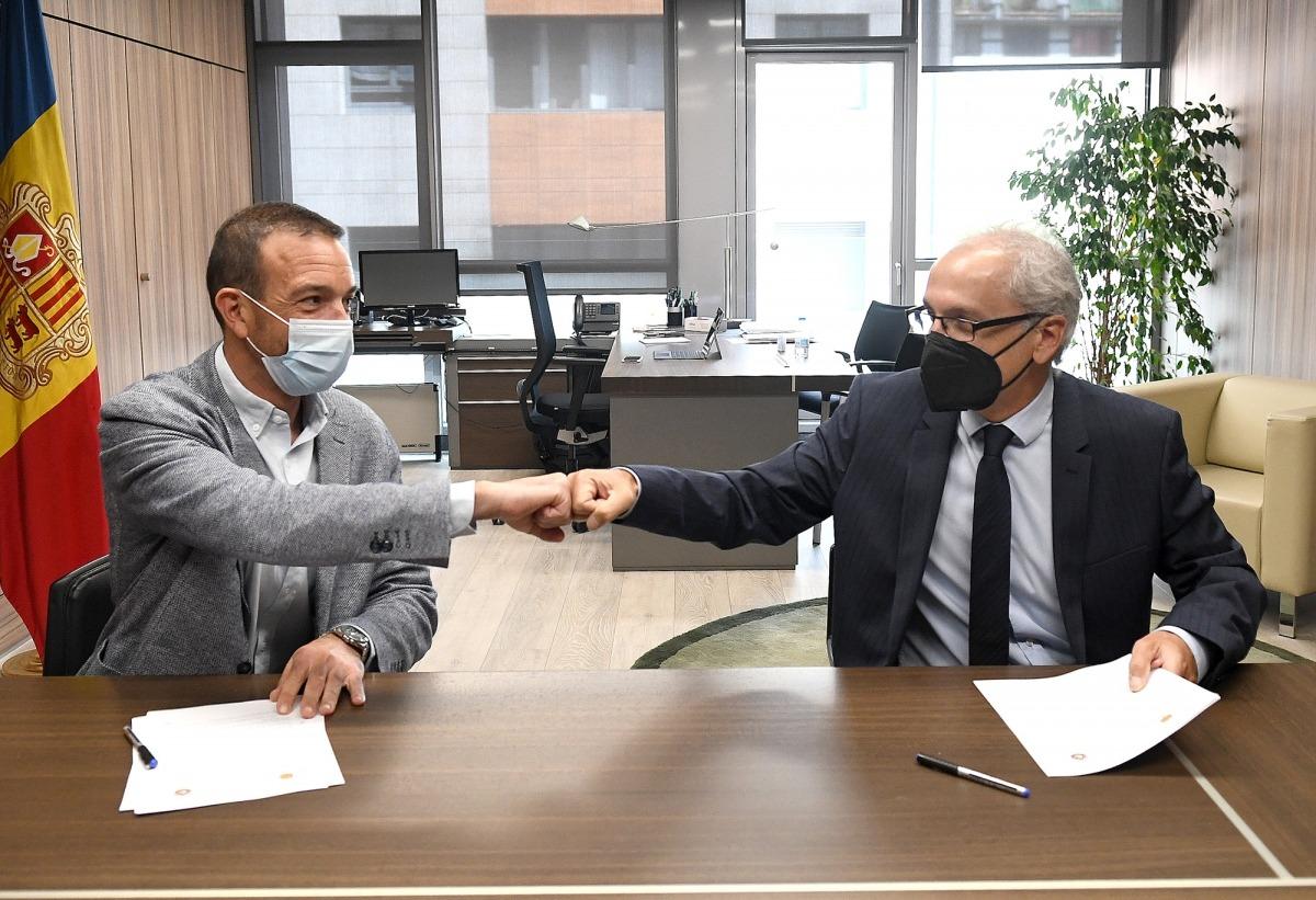 El titular de Turisme, Jordi Torres, i el cònsol major de Canillo, Francesc Camp, en la signatura del conveni.