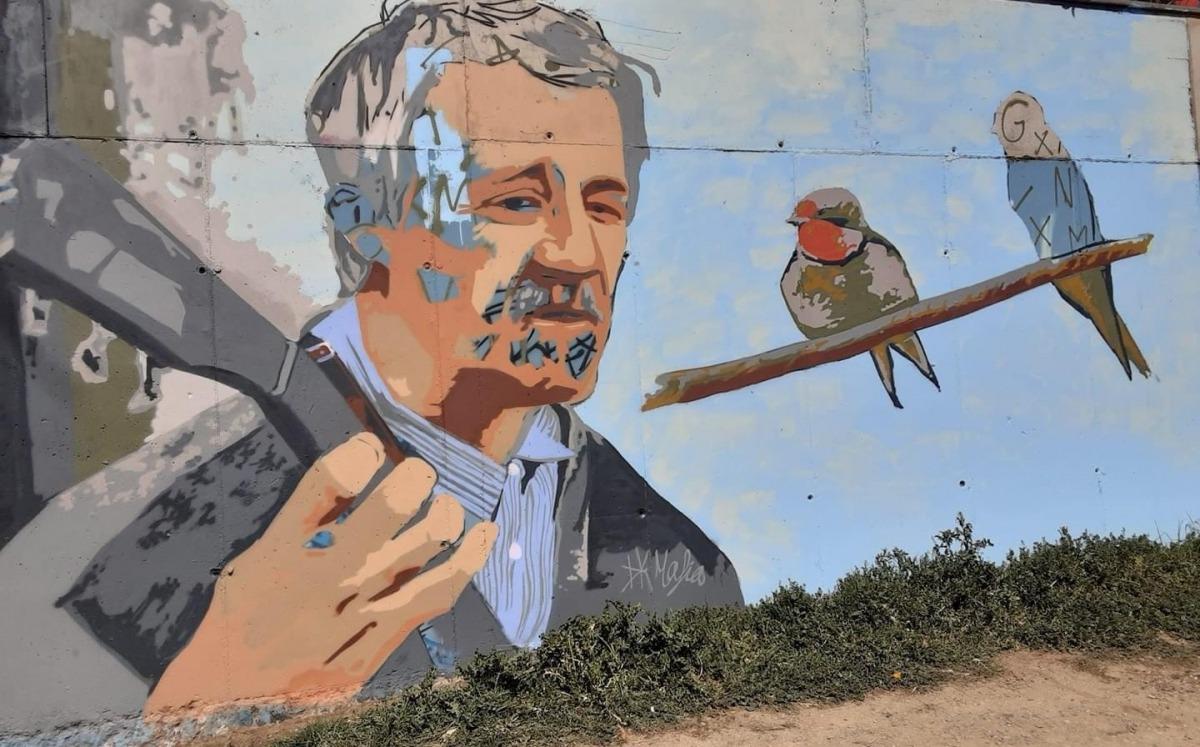 Mural del jove grafiter alturgellenc Oriol Garreta, un altre dels homenatges al popular home-orquestra.