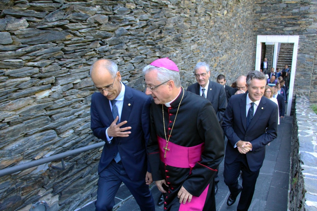 Martí acompanya al copríncep episcopal Joan Enric Vives a l'entrada del Santuari de Meritxell; darrere seu, el Síndic Mateu.