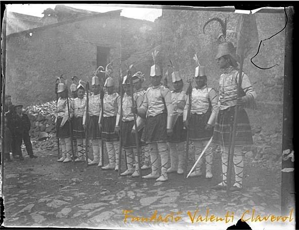 1907: el maniple de la capital posa amb l'armament a punt al costat de l'antiga presó del quart, a l'actual plaça Benlloch (© Fundació Valentí Claverol. tots els drets reservats. prohibida la reproducció).