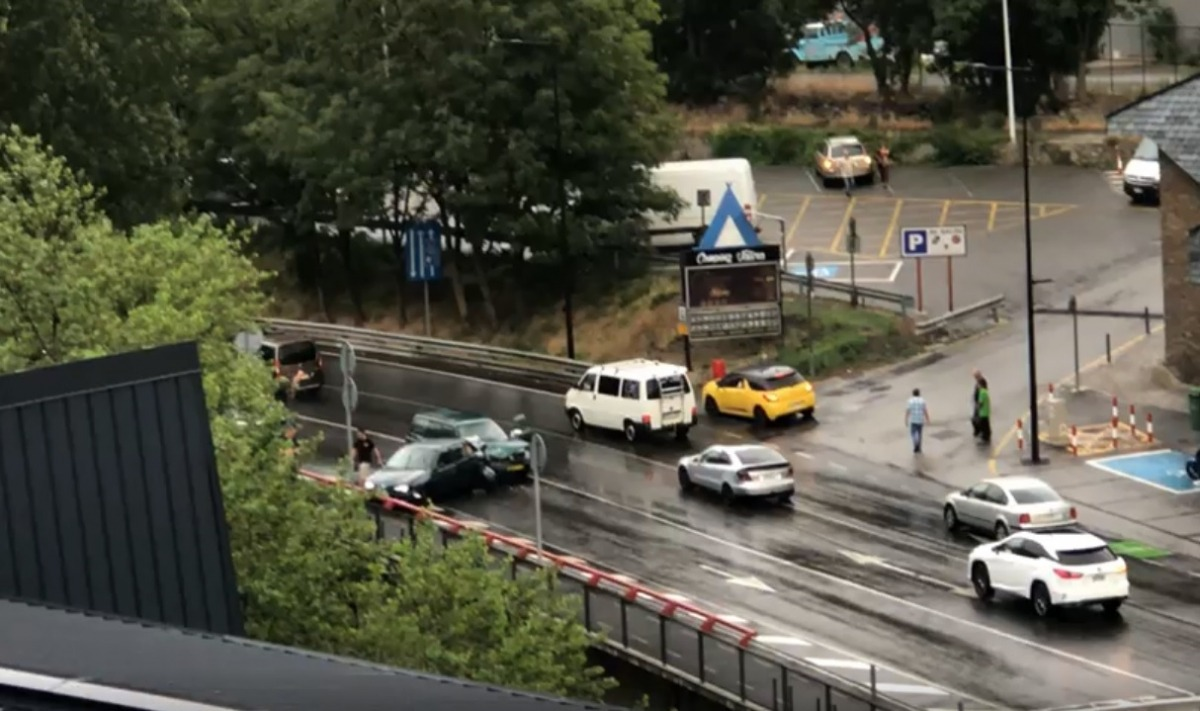 Els cotxes accidentats, just davant de l'Estadi Comunal, on està s'ha instal·lat un nou ràdar que entrarà pròximament en funcionament.