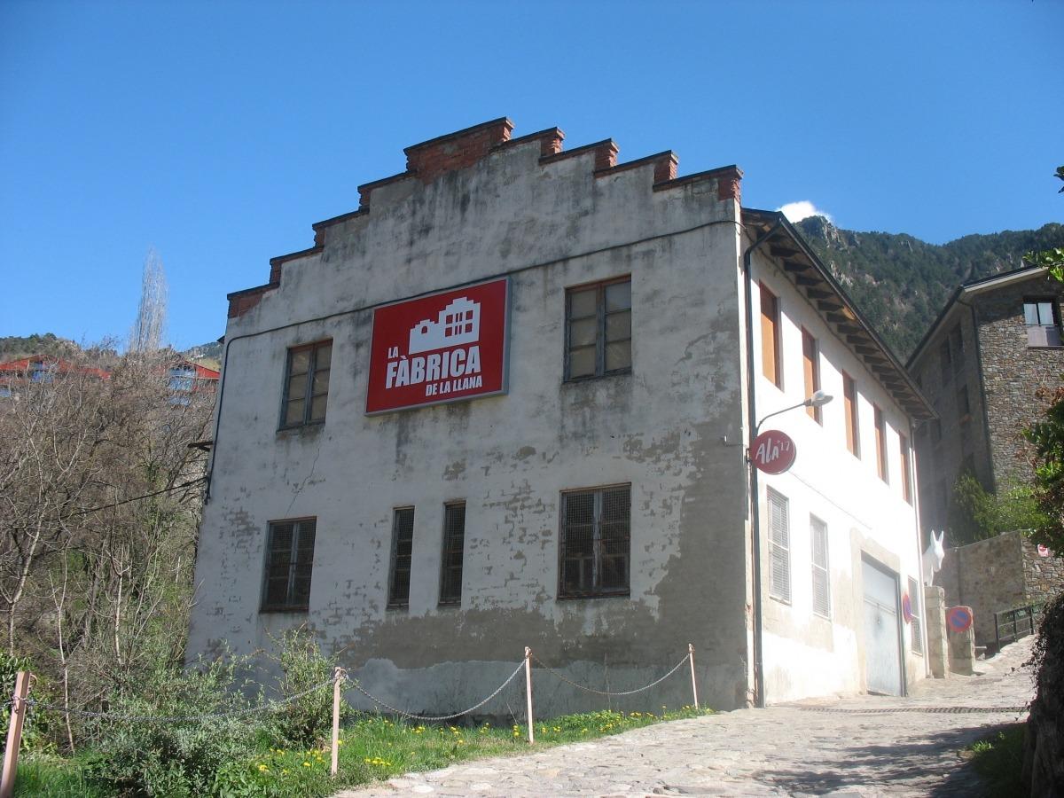 La fàbrica de llana, tal com va quedar després que l'estiu passat s'hi instal·lés la seu de la biennal de land art.