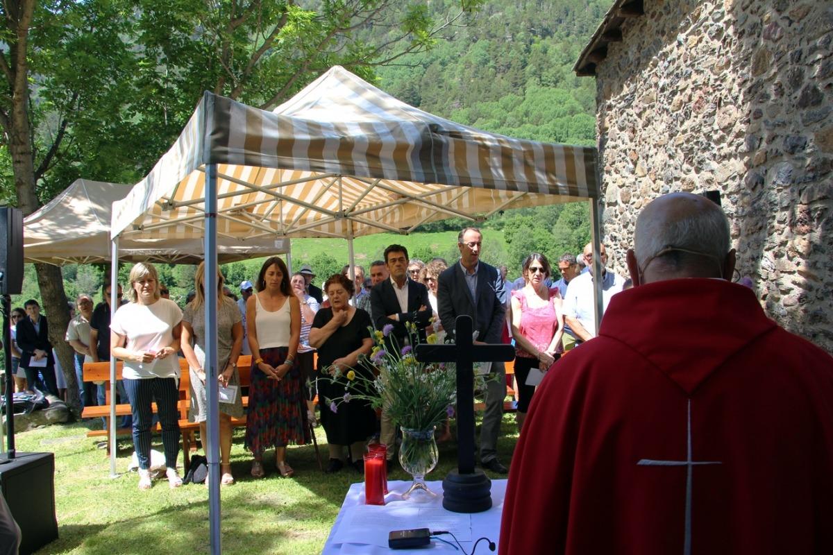 Els cònsols d'Ordino, Miquel Àngel Mortés i Gemma Riba, durant la tradicional missa a la capella de Sant Pere del Serrat.