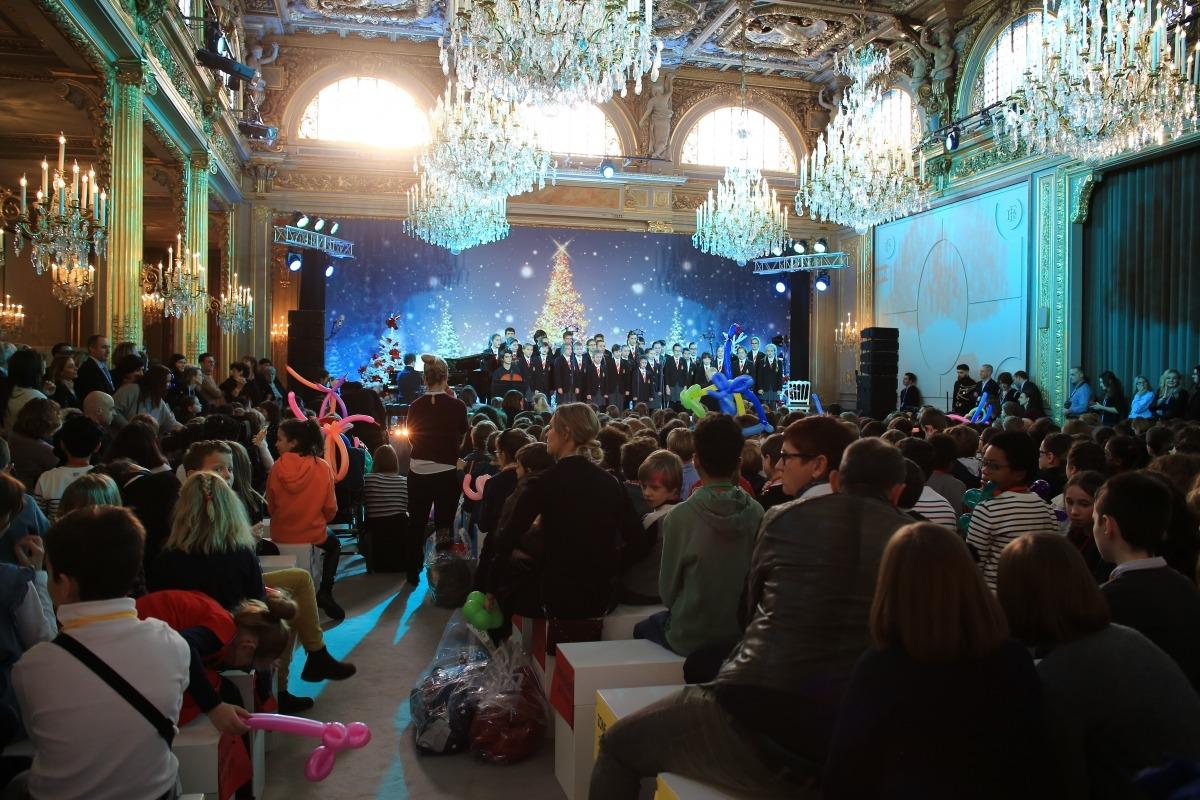 La sala on va tenir lloc la Festa de l'Arbre, amb els Cantors a l'escenari.