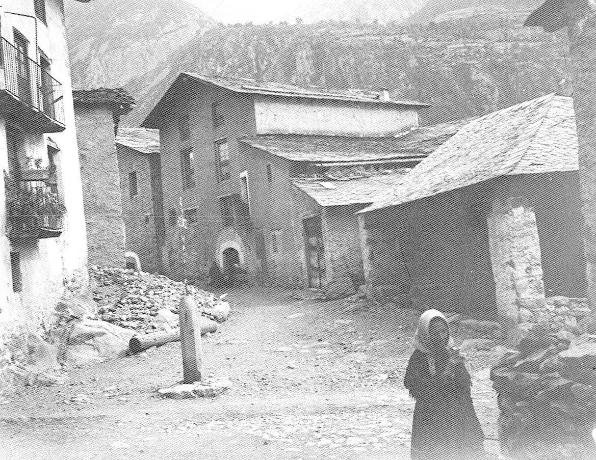 Fotografia del Cap de Carrer, entre el 1908 i el 1914, amb la creu de terme al mig de la plaça i el Firal a la dreta (Fons Amadeu Bordalba).