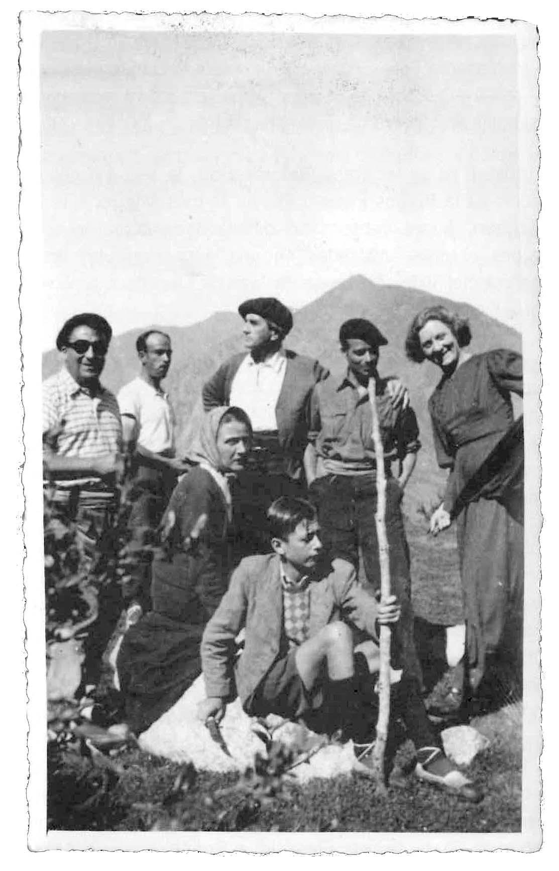 Excursió a Engolasters en una pausa del rodatge, que va tenir lloc el juliol del 1941: Sandy, asseguda, amb mocador, i al costat, el seu fill Olivier.