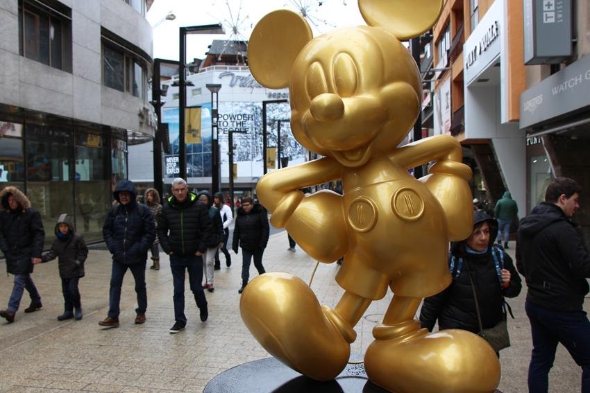 La mostra de Mickeys la integren vuit figures que fan fins a 2,4 metres d'alçada i que s'exposaran a la via fins al 25 d'abril.