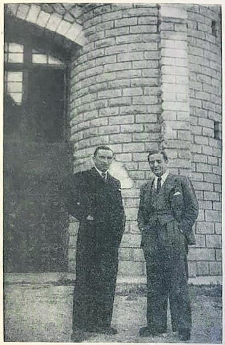 Trémoulet i Leo Eigner, director general de la Deutsche Auslands Rundfunk Geselleschaft Interradio, davant de Radio Andorra.