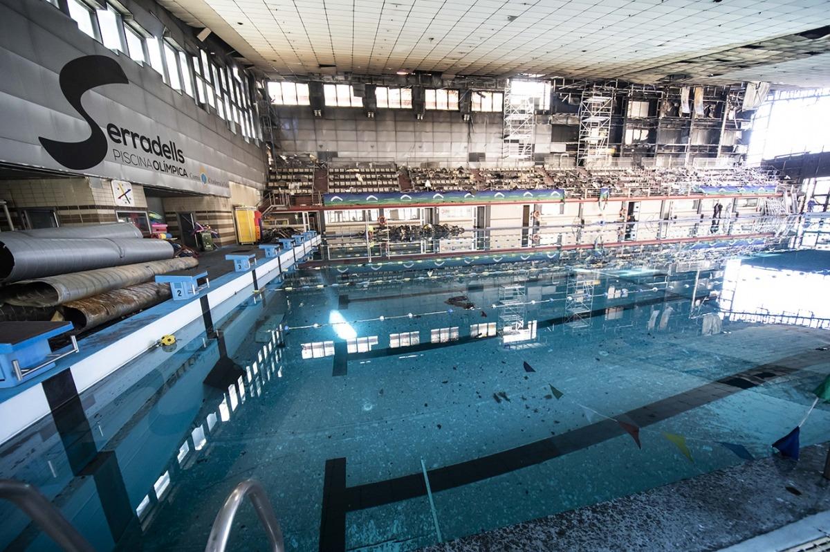 Vista de la piscina olímpica dels Serradells després de l'incendi de fa dos anys.