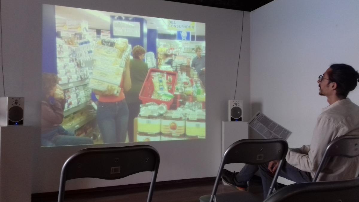 Sis dels videoarts creats per Pep Aguareles, amb Helena Guàrdia i amb el col·lectiu Paradise Consumer, es projecten a la Riberaygua: un fotograma de 'Benvinguts al paradís'.