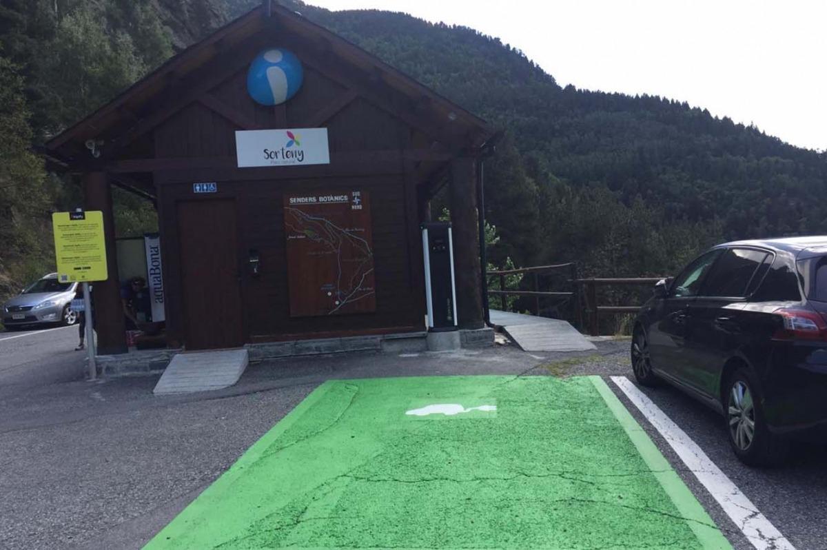 La plaça d'aparcament amb carregador per a vehicles elèctrics a Sorteny.]