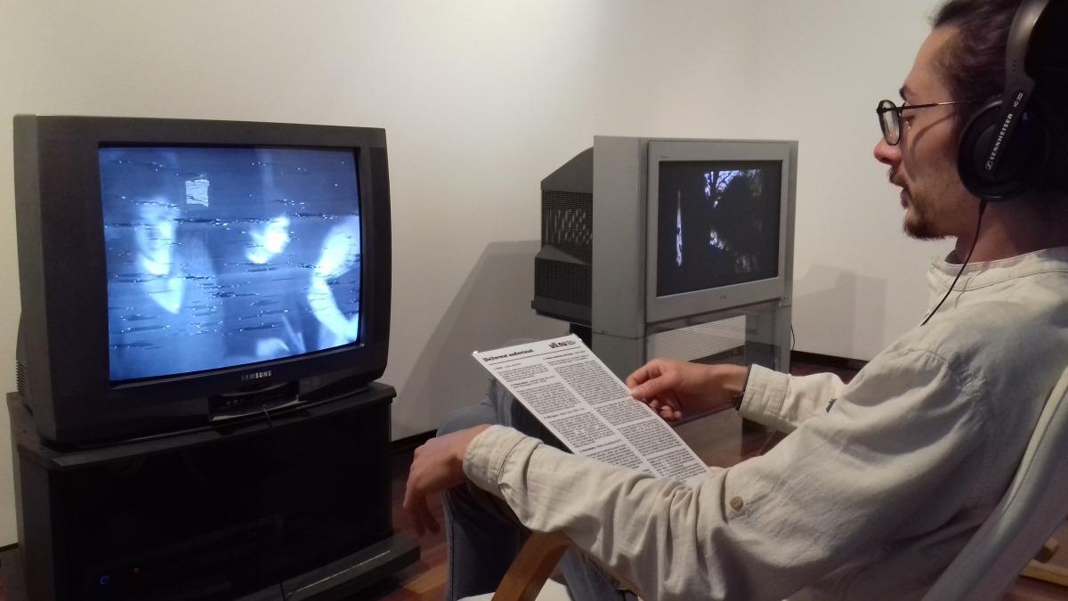 Casahuga contempla 'Primera mort', creat el 1968 per Jordi Galí, Àngel Jové, Antonio Llena i Sílvia Gubern i considerat el primer videoart espanyol, en una còpia conservada al Macba de Barcelona.