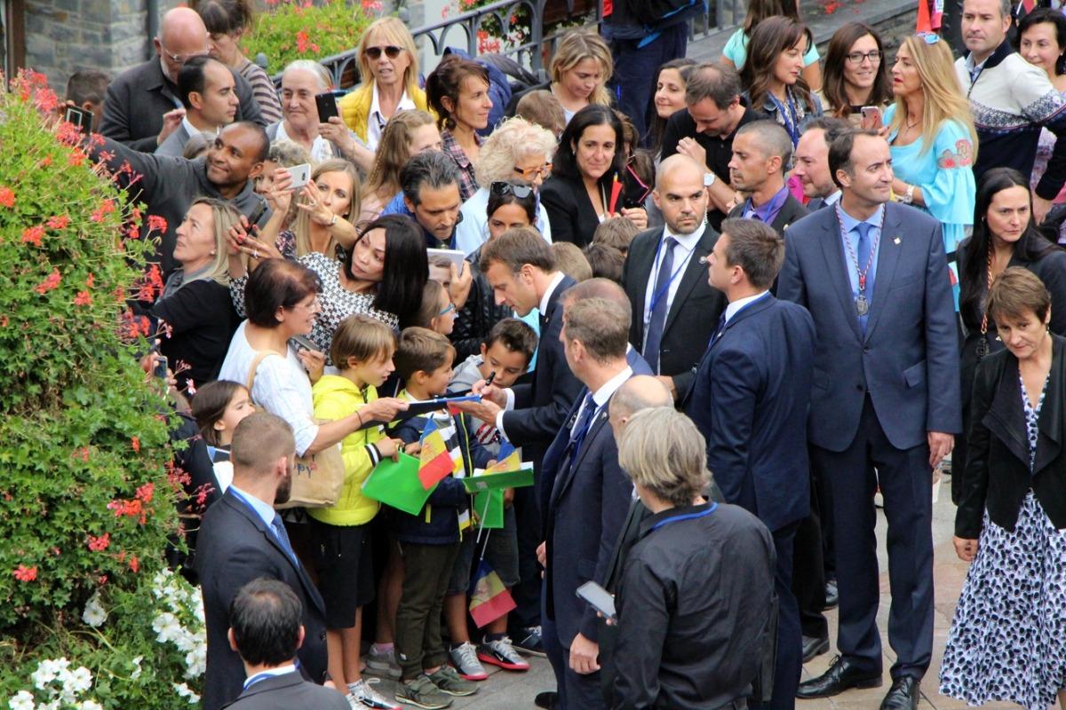Macron va prestar especial atenció als nens i joves que l'havien anat a esperar: aquí, a la Massana.