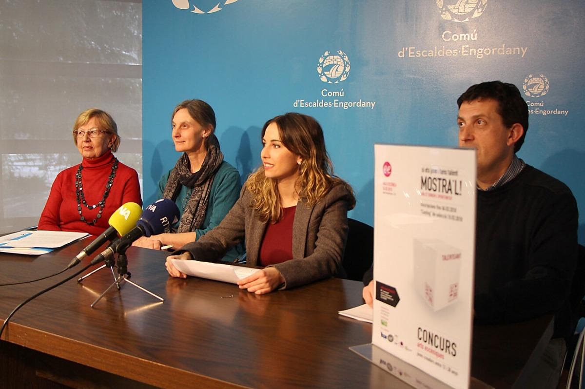 Les responsables de Carisma, juntament amb la consellera de Joventut, Laura Lavado, i el cap del departament de Joventut, Miquel Millán.