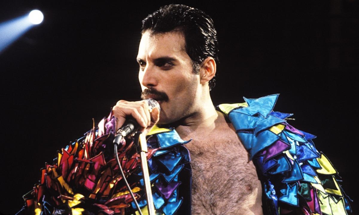 El cantant britànic Freddy Mercury, traspassat el 1991 i que avui faria 72 anys.