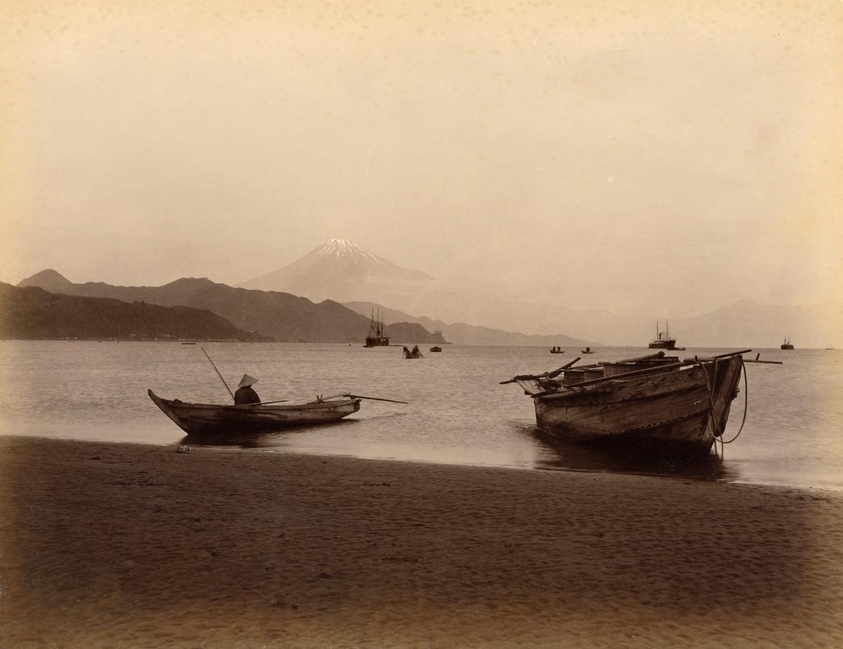 El Mont Fuji des del port de Shimizu, fotografia anònima presa el 3 de novembre del 1892.