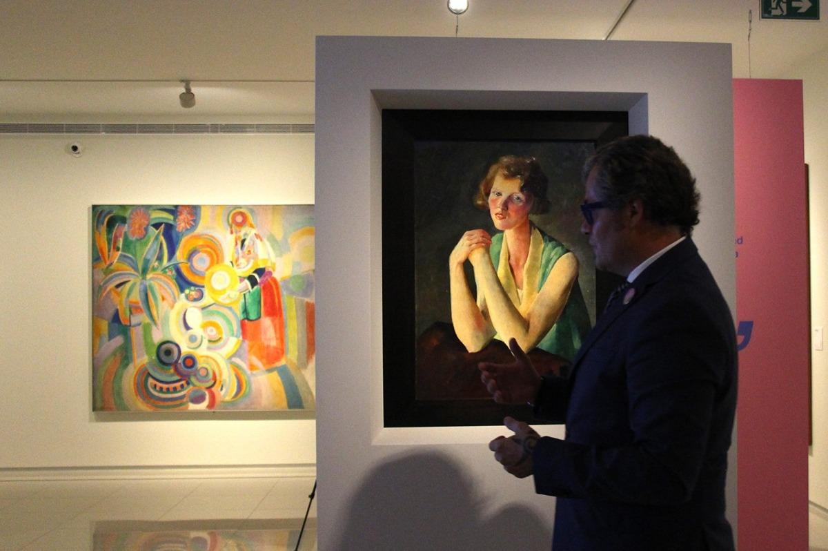 El director artístic del Carmen Thyssen, Guille Cervera, en una visita a 'Femina-Feminae'.