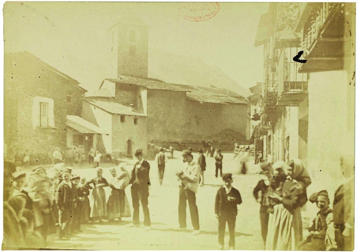 Anys 80 del segle XIX: la rectoria, amb la façana de pedra vista, a l'esquerra, en una de les fotografies més antigues de la plaça que es conserven.