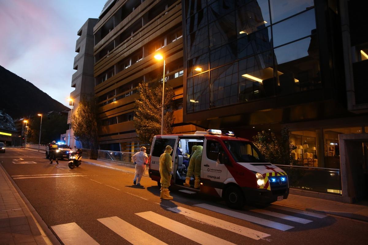 Evacuació de padrins de Salita en direcció a l'àrea d'hsopitalització geriàtrica del Cedre, ahir al vespre.